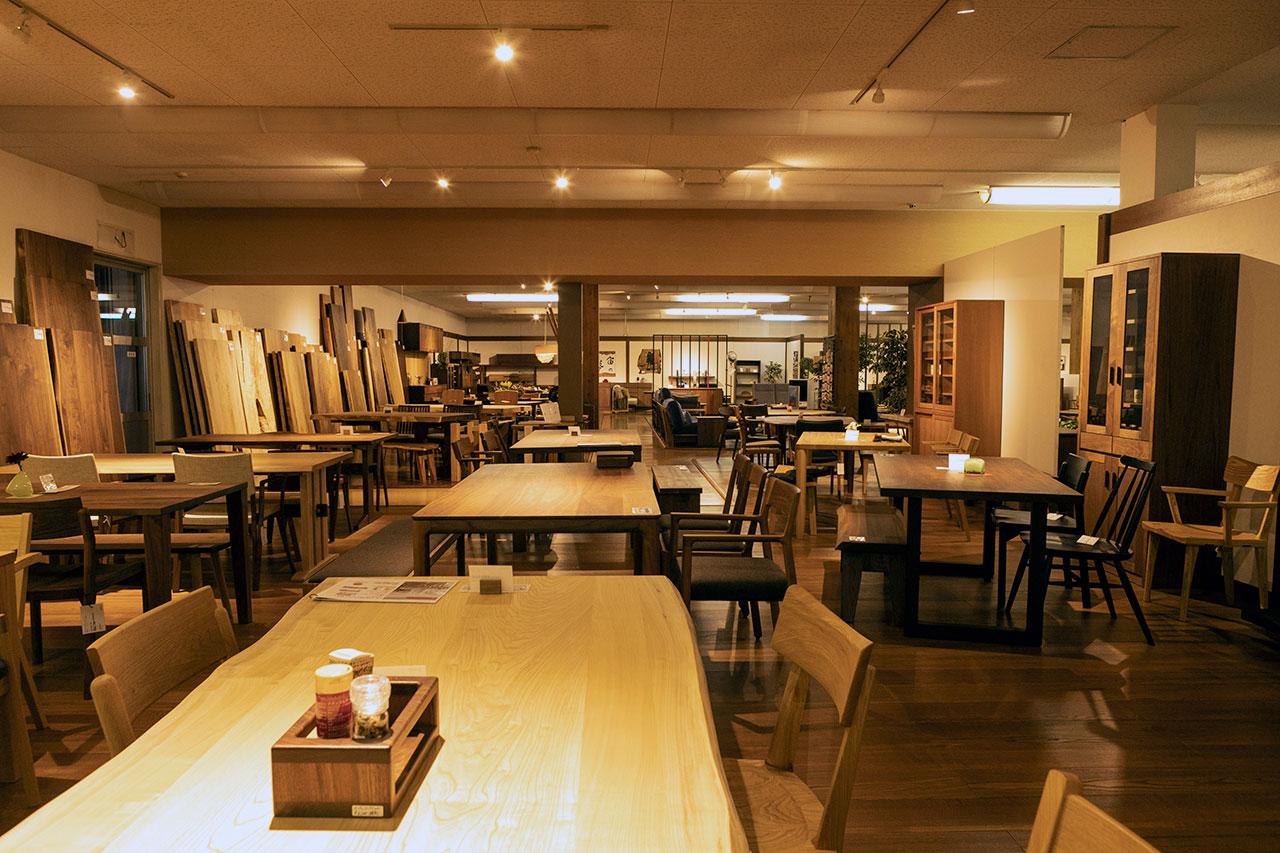 秋山木工の広大な売り場